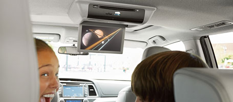 2015 Toyota Highlander Hybrid rear-seat entertainment